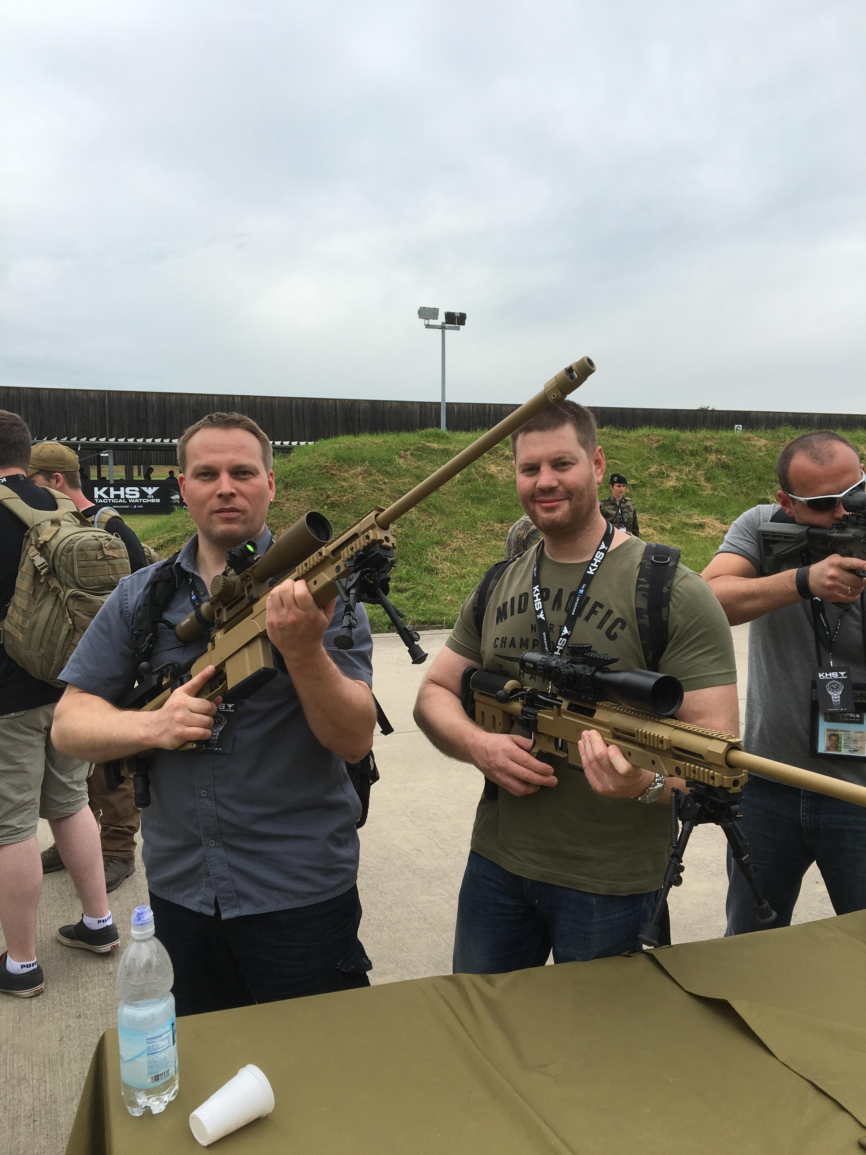 Patrick und Michael mit Scharfschützengewehren